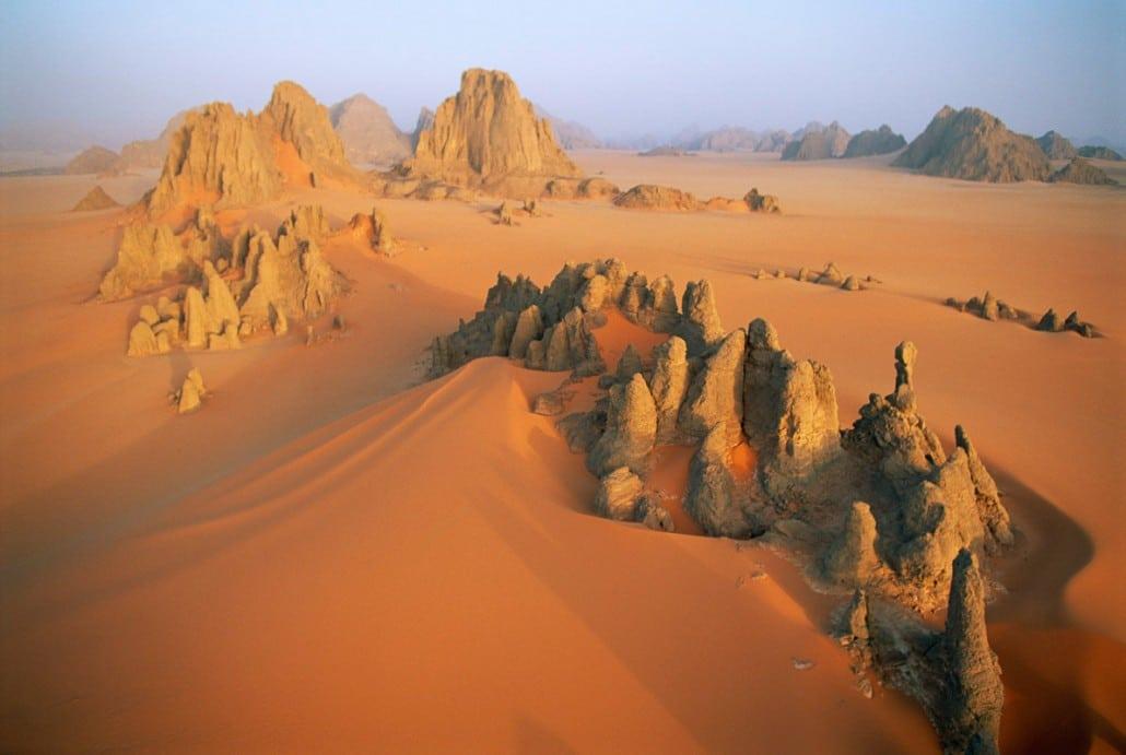 Dunele de nisip în nuanțe puternice de orange evidențiază și mai mult formațiunile calcaroase