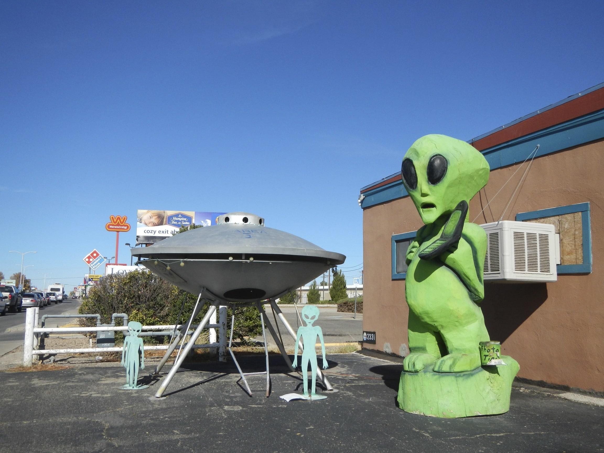 Extratereștrii au aterizat