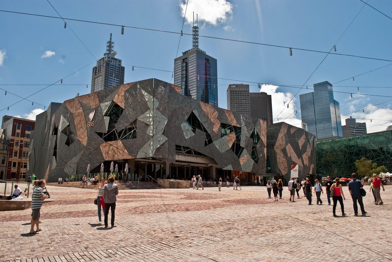 Federation Square, un loc alcătuit din numeroase edificii interesante, dacă nu chiar ciudate