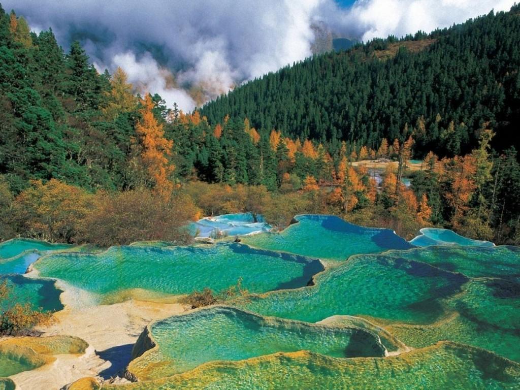Fiecare lac este separat de celelalte prin intermediul unor diguri formate din sedimente calcificate