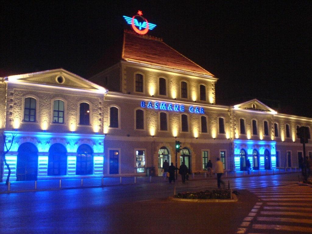 Gara feroviară din Izmir, frumos iluminată pe timp de noapte