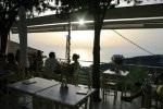 Apus de soare cu marea la orizont văzut din taverna Greco Levante
