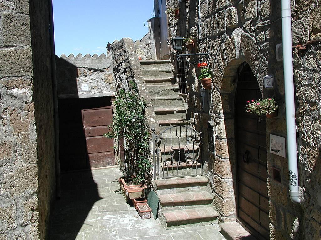 Intrarea într-o locuință din Pitigliano