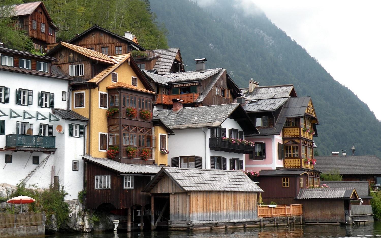 Locuitorii duc o viață liniștită în casele de pe malul lacului