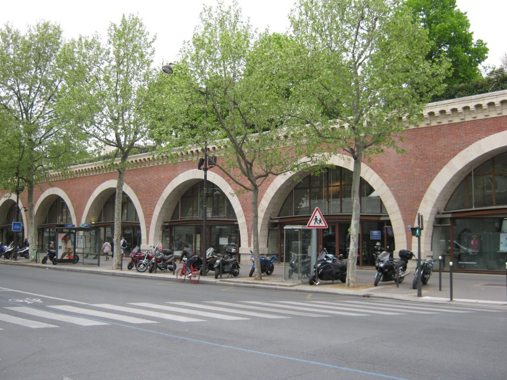 Magazinele și galeriile de artă de la baza grădinii