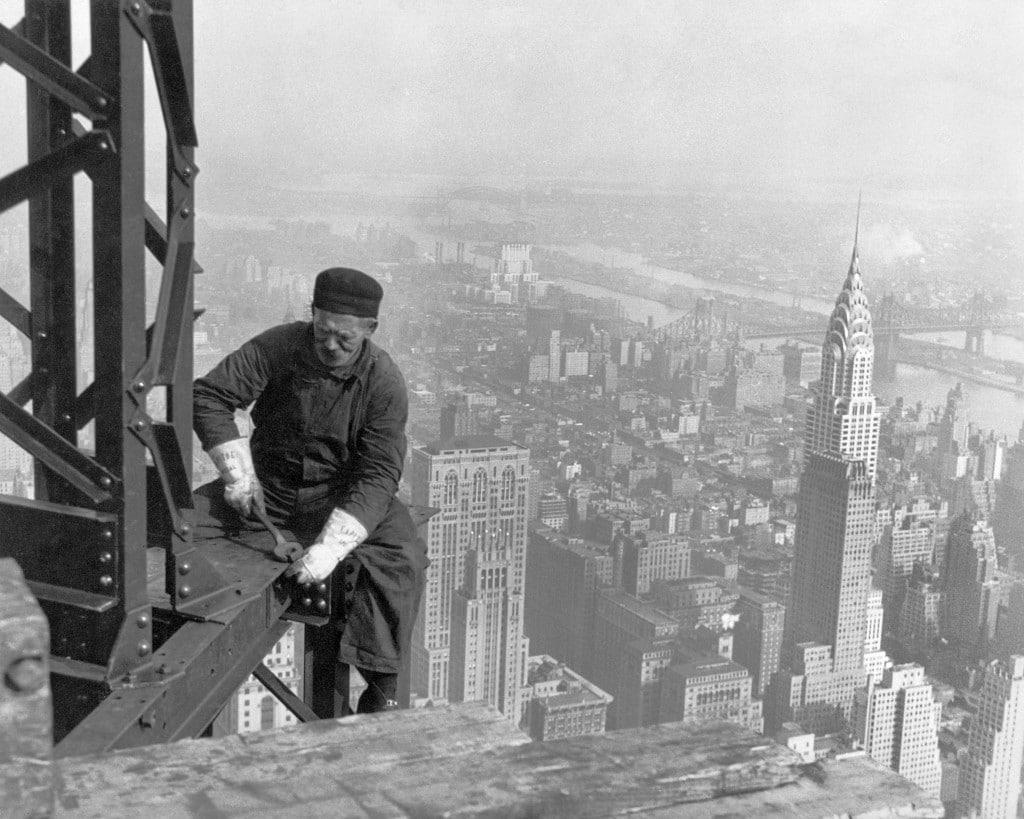 Muncitor la înălțime în timpul construcției