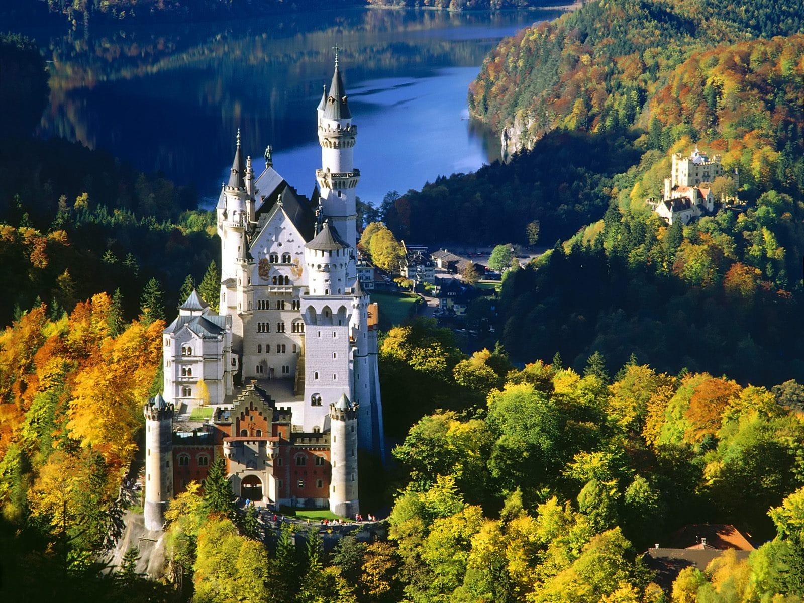 Castelul Neuschwanstein  - un obiectiv turistic apreciat  din Schwangau, Germania