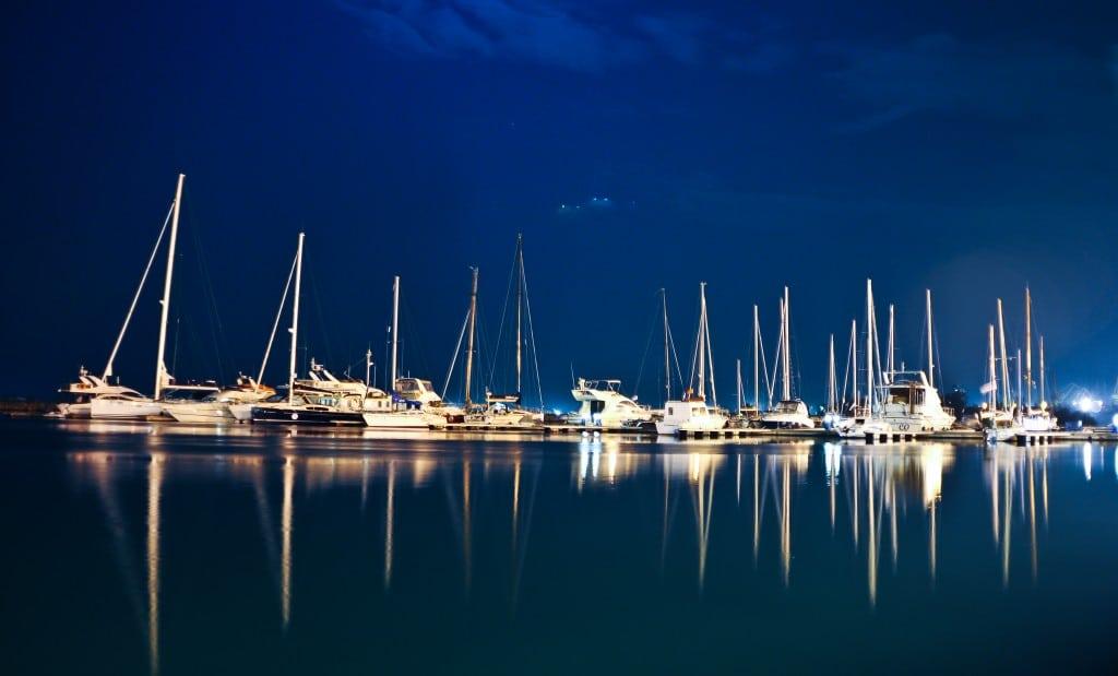 Noaptea în port poți la fel de bine să visezi că te afli pe Riviera Franceză