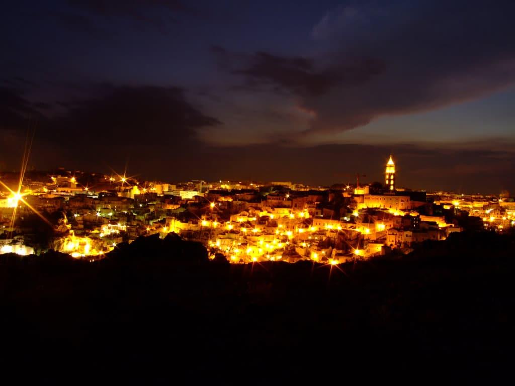 Noaptea, orașul este frumos iluminat