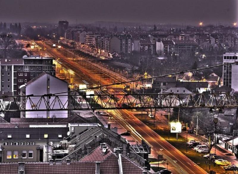 Străzile din Novi Sad surprinse noaptea