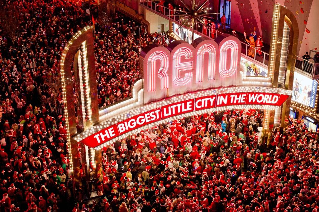 O mare de Moși Crăciuni în luminile de neon din Reno