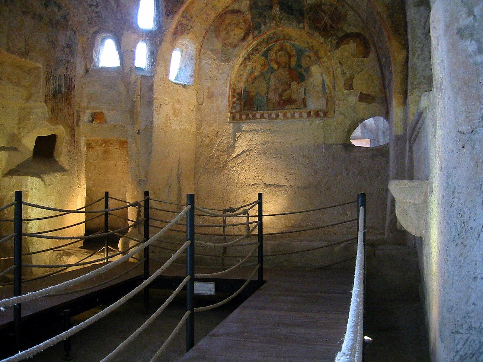 O mică biserică rupestră din Matera
