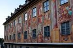 O parte dintre edificii sunt decorate cu picturi religioase