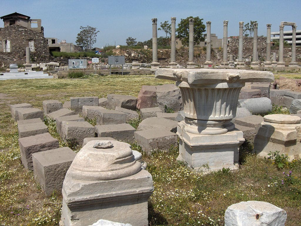 Orașul a conservat o parte din ruinele sale istorice