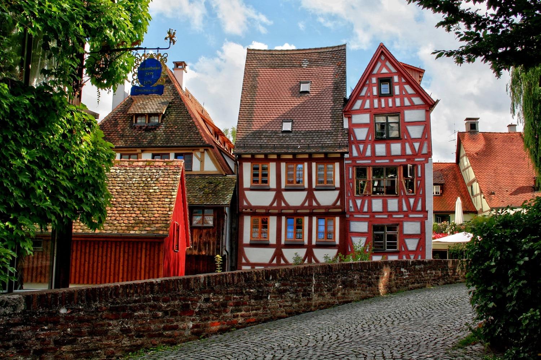 Orașul este constituit numai din clădiri pitorești, specifice locurilor