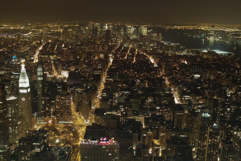 Panoramă a orașului New York noaptea de pe puntea de observație a Empire State Building