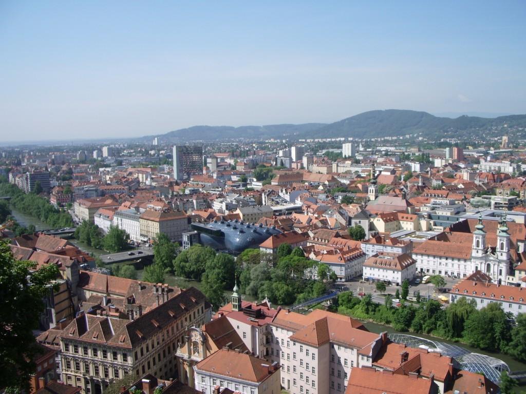 Panoramă generală asupra zonelor vechi și moderne din Graz