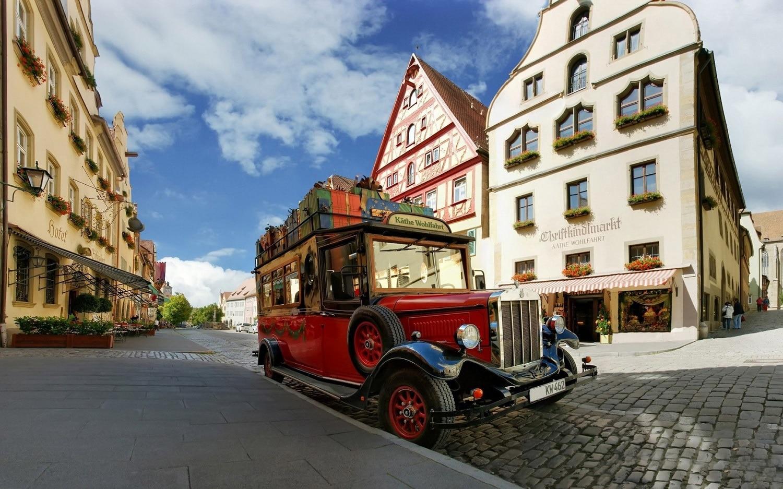 Pe străzile orașului poți admira chiar și mașini vechi