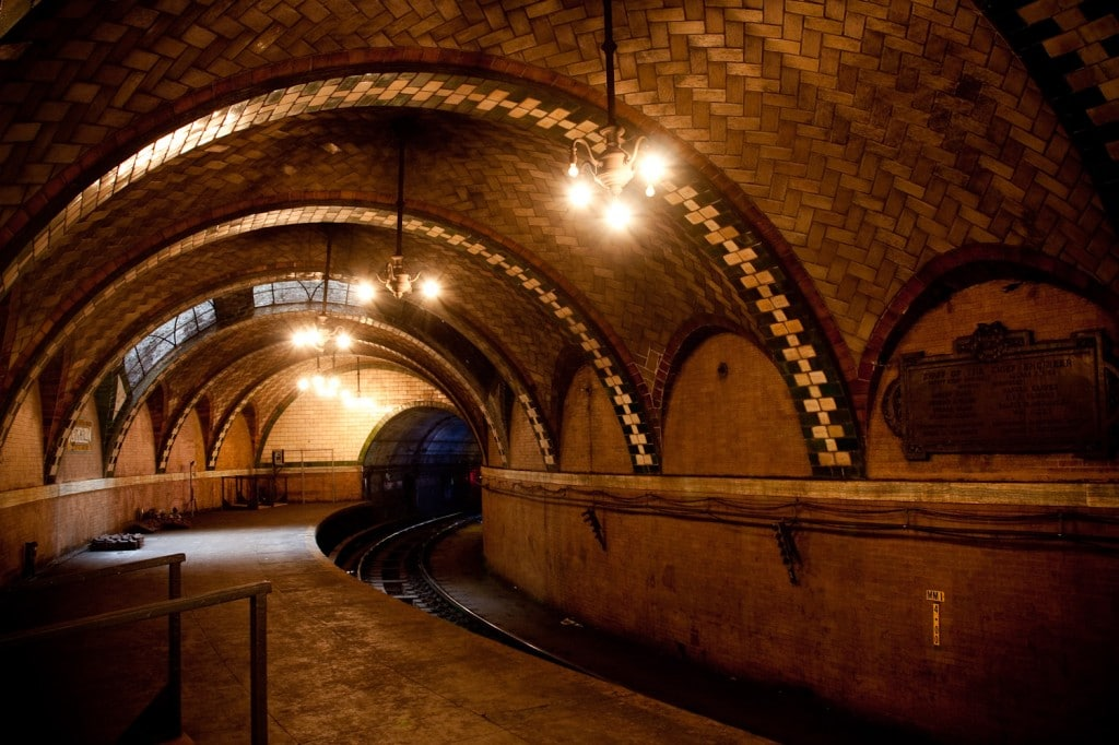 Peronul curbat și foarte scurt ce a marcat trecerea City Hall în rândul acelor stații de metrou abandonate