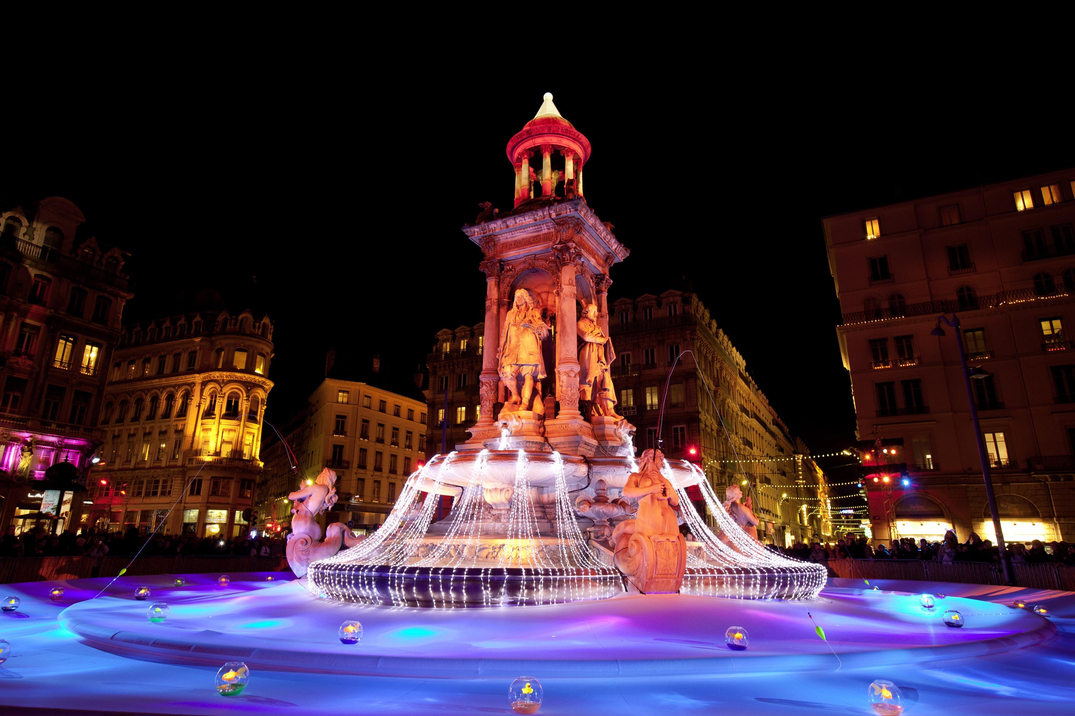 Poate că nu e vorba de Festivalul luminilor, dar această fântână din Lyon este incredibil de frumos iluminată