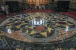 Podeaua lustruită este făcută din diferite tipuri de marmură italienească