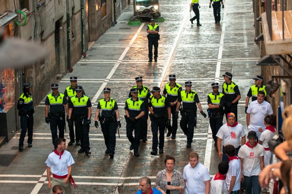 Polițiștii se asigură mereu că toți participanții la manifestațiile de San Fermin sunt pregătiți pentru ceea ce urmează