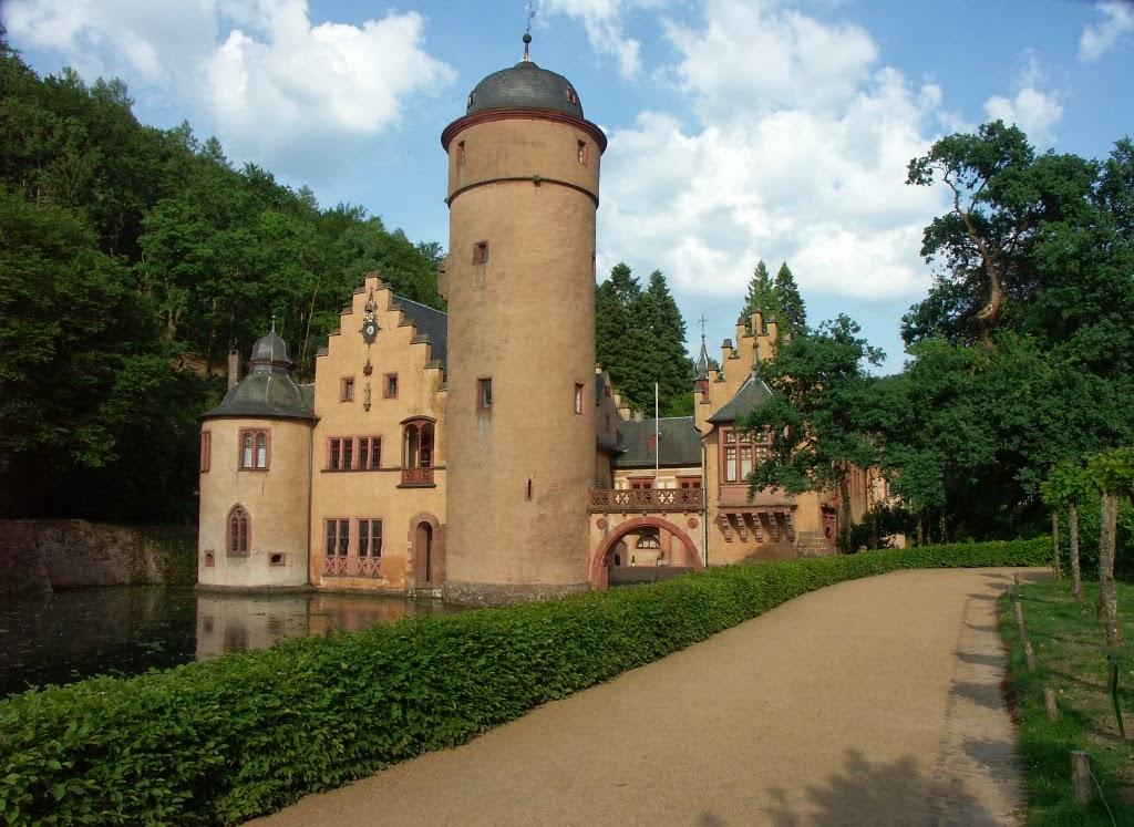 Străduțele din jurul castelului sunt ideale pentru plimbări