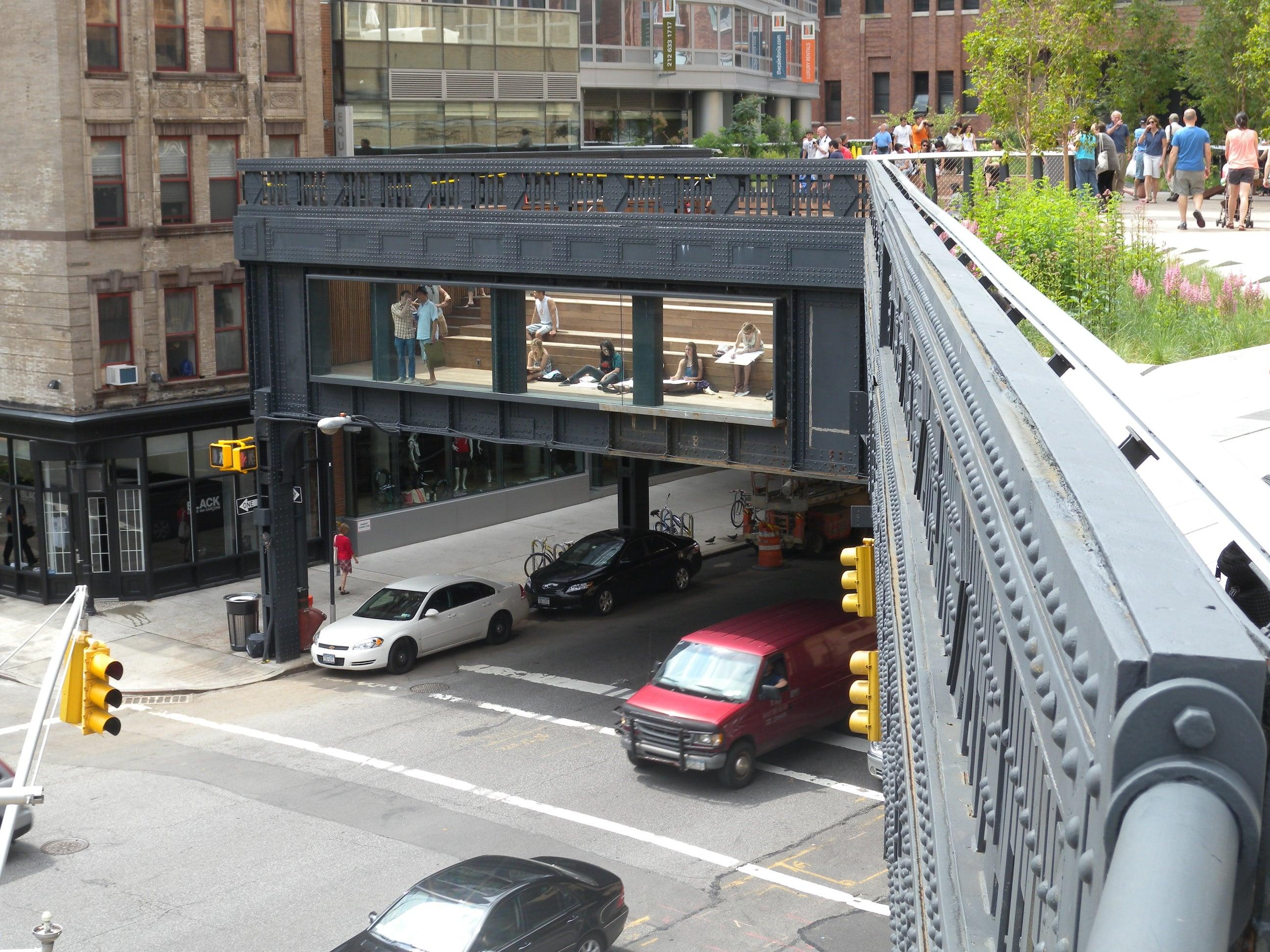 Sub High Line viața orașului merge înainte în același pas accelerat