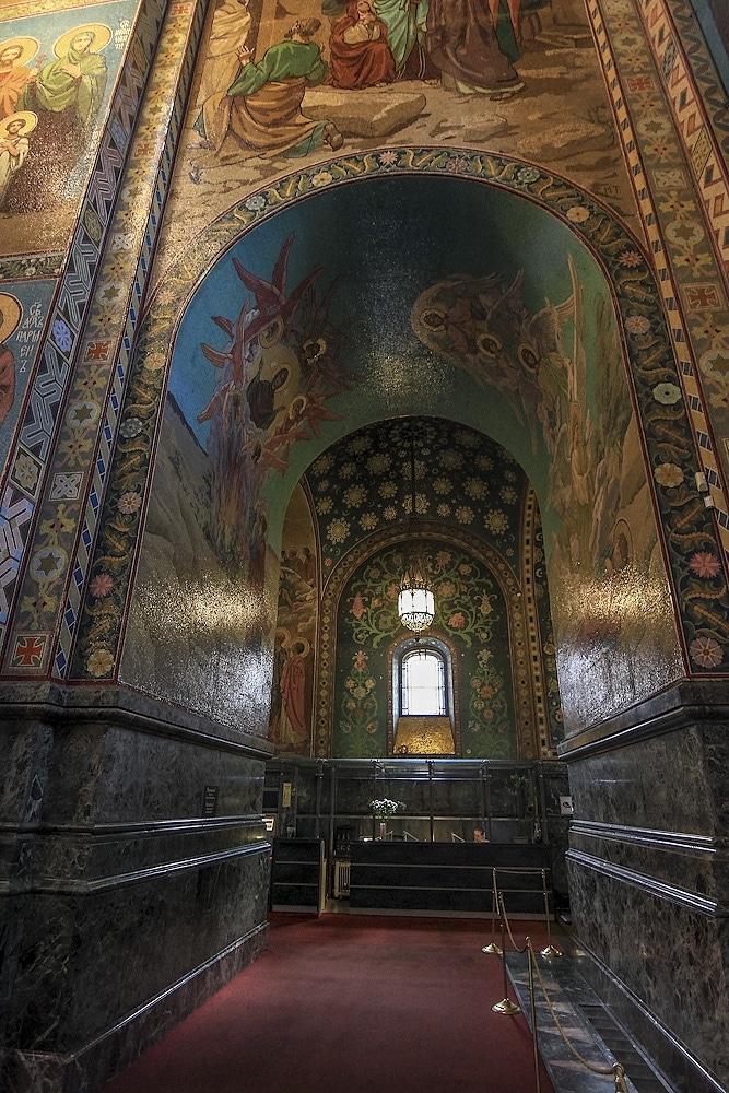 Toți pereții sunt acoperiți cu mozaicuri ce descriu scene biblice