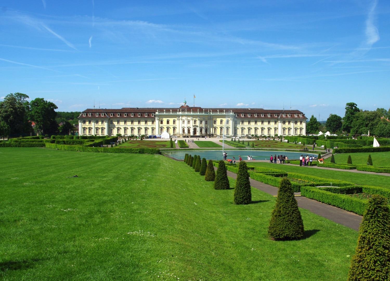 Turiștii obișnuiesc să se plimbe pe străduțele din jurul palatului
