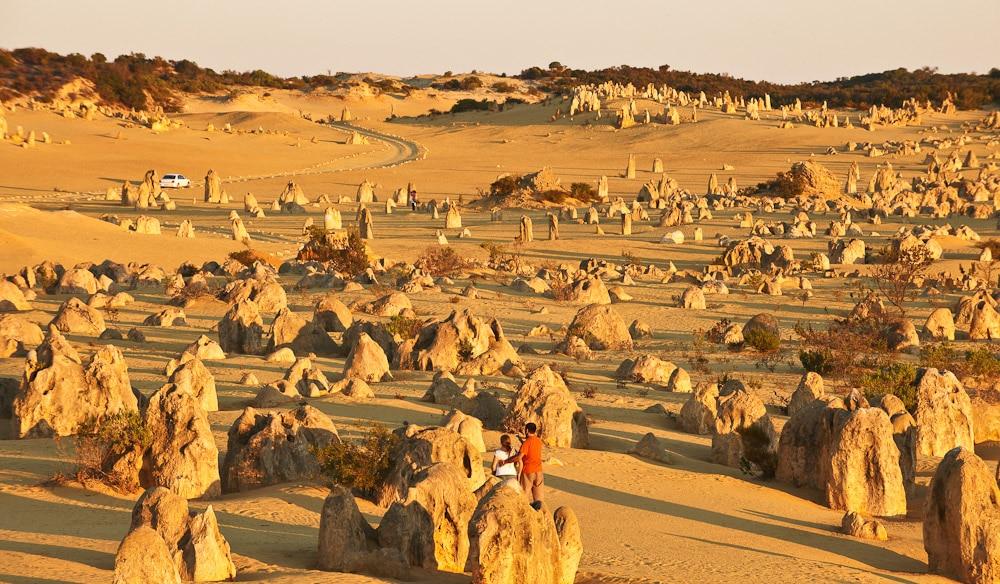 Turiștii se plimbă uimiți printre vârfurile calcaroase