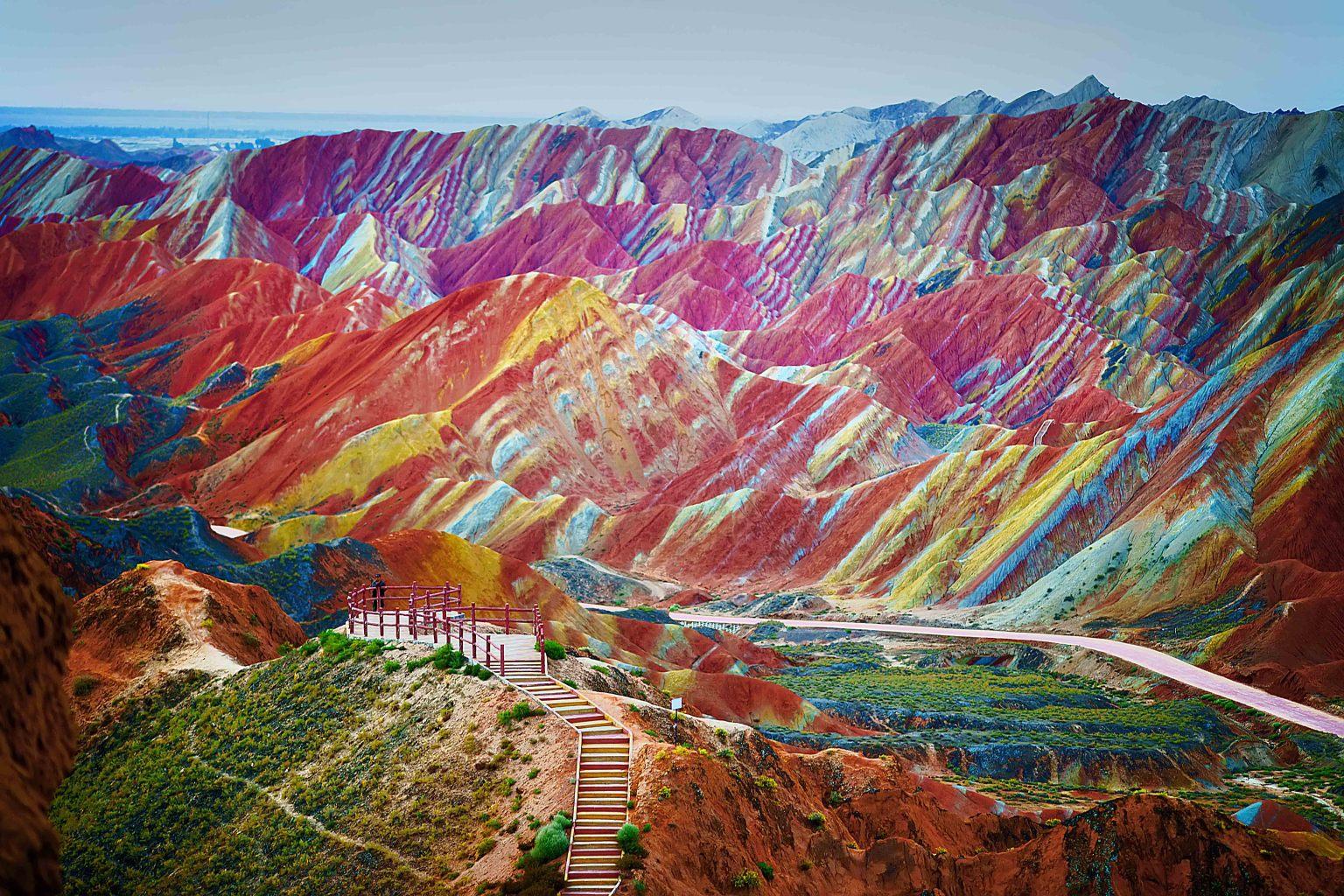 Un munte ca u curcubel, este regiunea Danxia, unică în lume