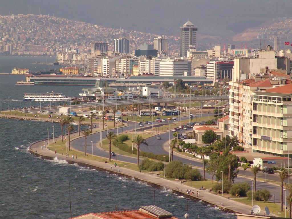 Un oraș modern și plin de viață s-a ridicat în fața vechilor clădiri ce se pot vedea parțial în fundal