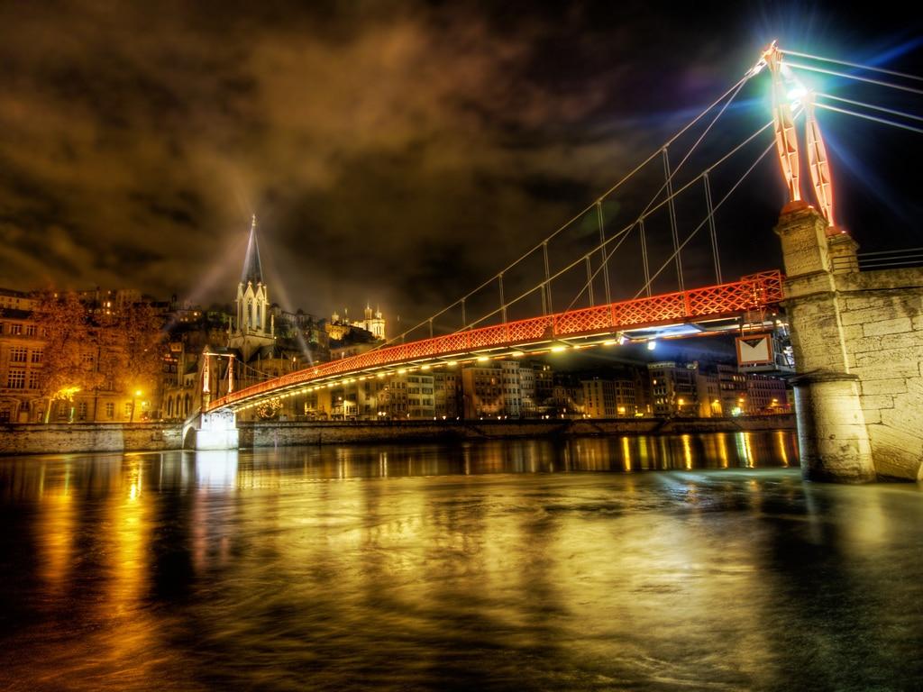Unul din podurile orașului, un superb spectacol de arhitectură și culoare