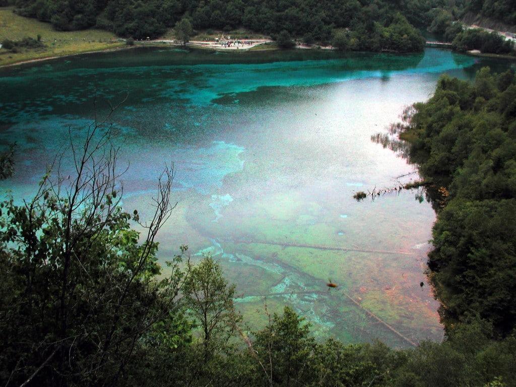 Valea Jiuzhaigou este plină de lacuri cu o apă perfect transparentă