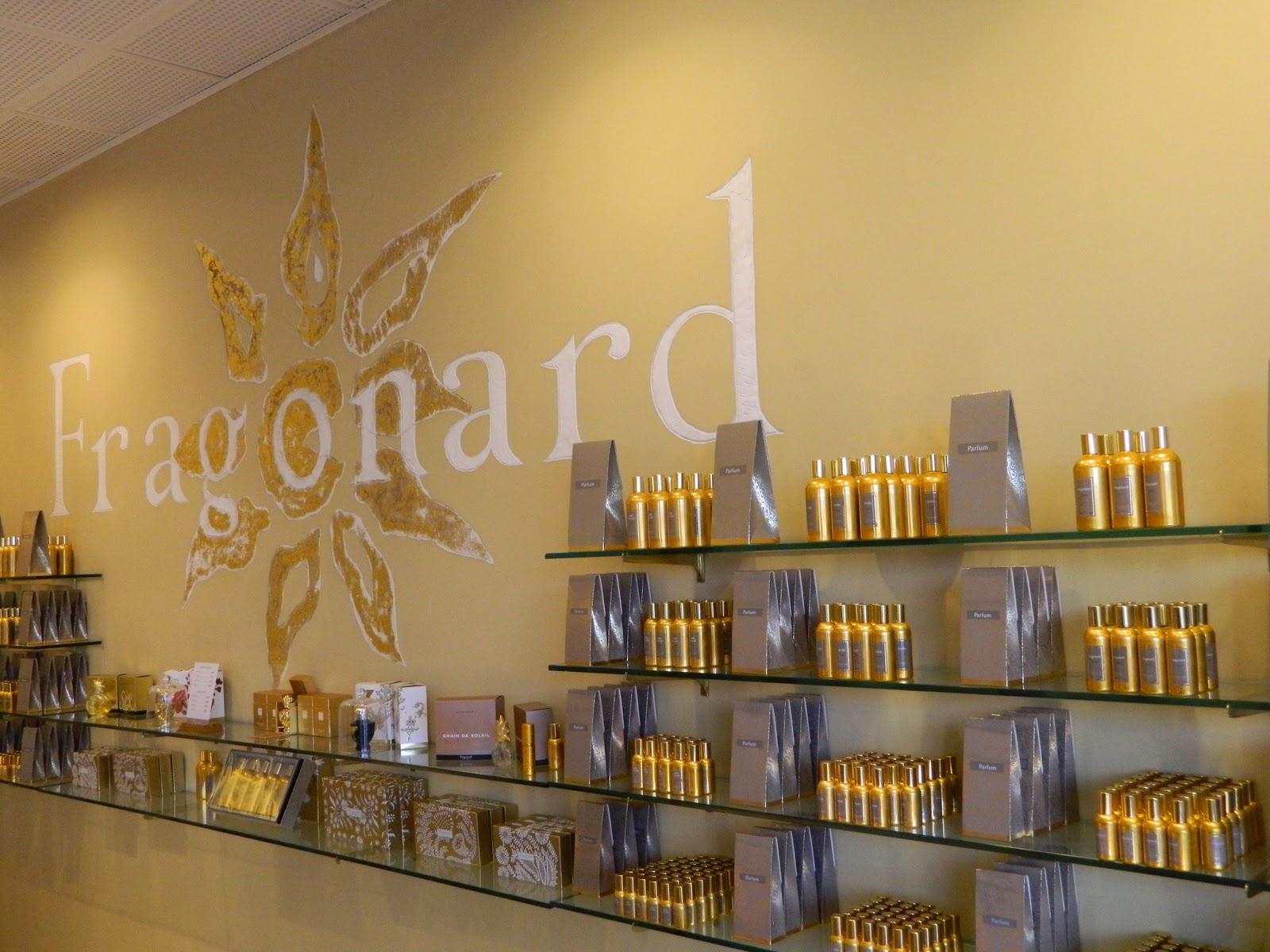 Zeci de sticluțe cu design elegant așteaptă să fie luate acasă