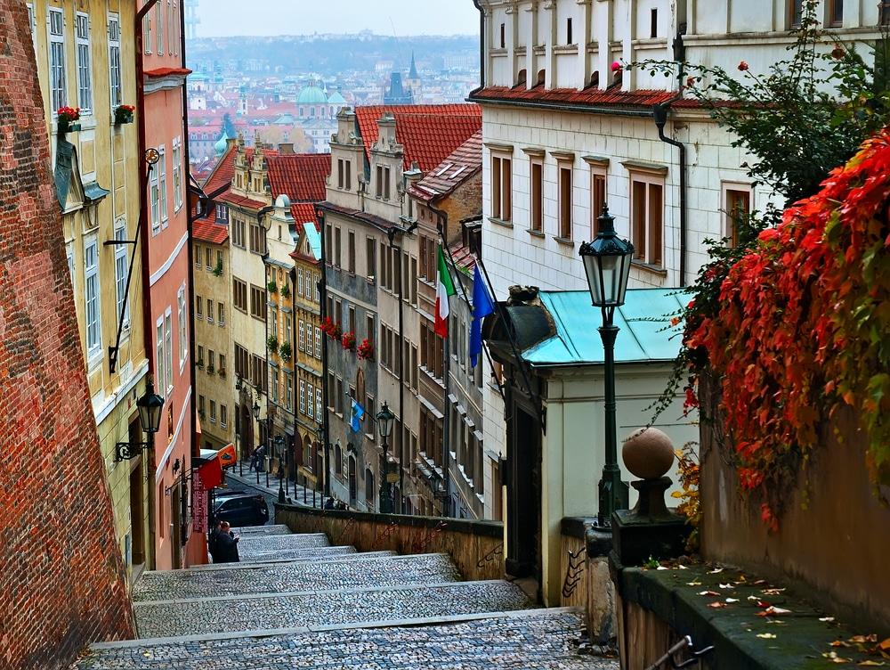 Strduță îngustă din Praga