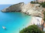 Plajă, stânci abrupte și ape cristaline din Lefkada