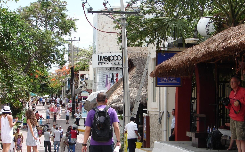 La plimbare printre buticuri, restaurante și cafenele în Riviera Maya