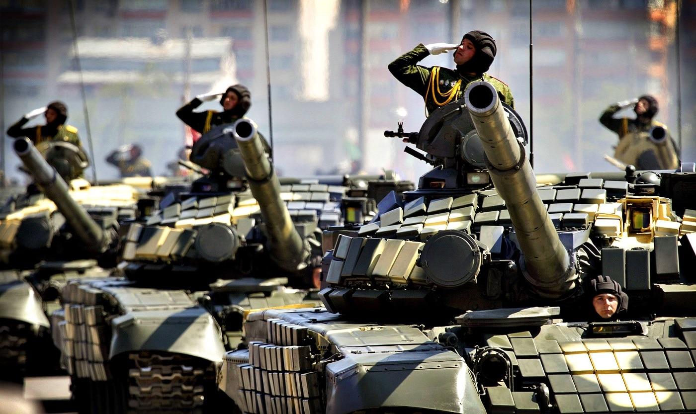 În Piața Independenței au loc frecvent parade militare fastuoase