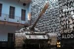 Tancul și peretele tapetat cu chipurile victimelor regimului comunist