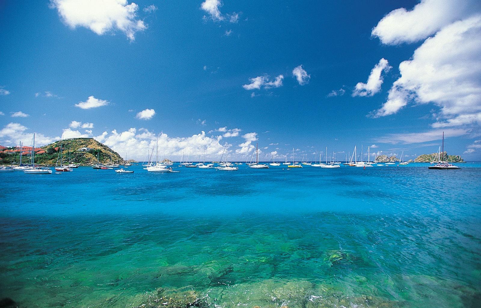 Aceste ape cristaline sunt unul dintre motivele pentru care turiștii se află pe insulă