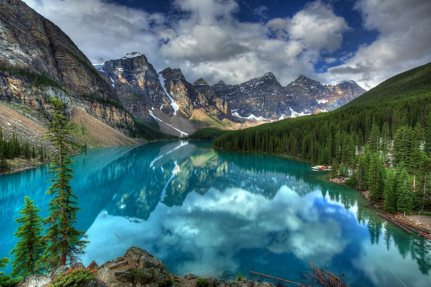 Apele de un albastru intens completează perfect peisajul