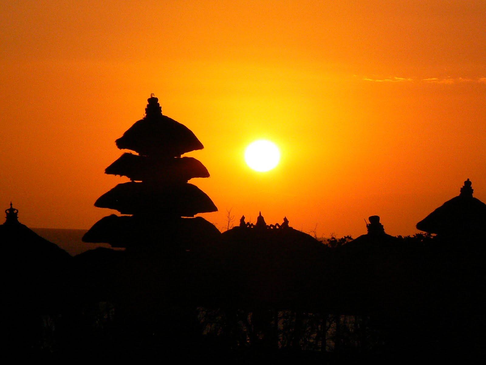 Apusul de soare evidențiază doar conturul edificiilor