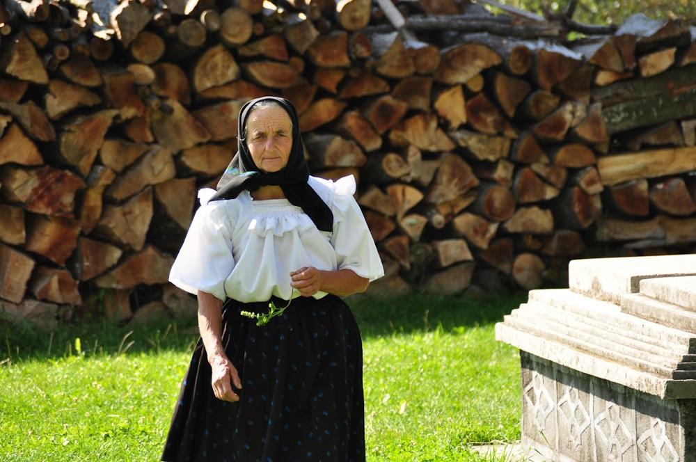 Atunci când merg la biserică, locuitorii din Breb obișnuiesc să poarte cele mai frumoase haine