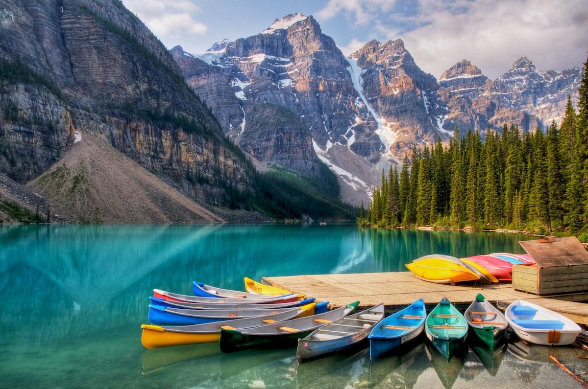 Bărcuțele colorate te invită la o plimbare pe lac