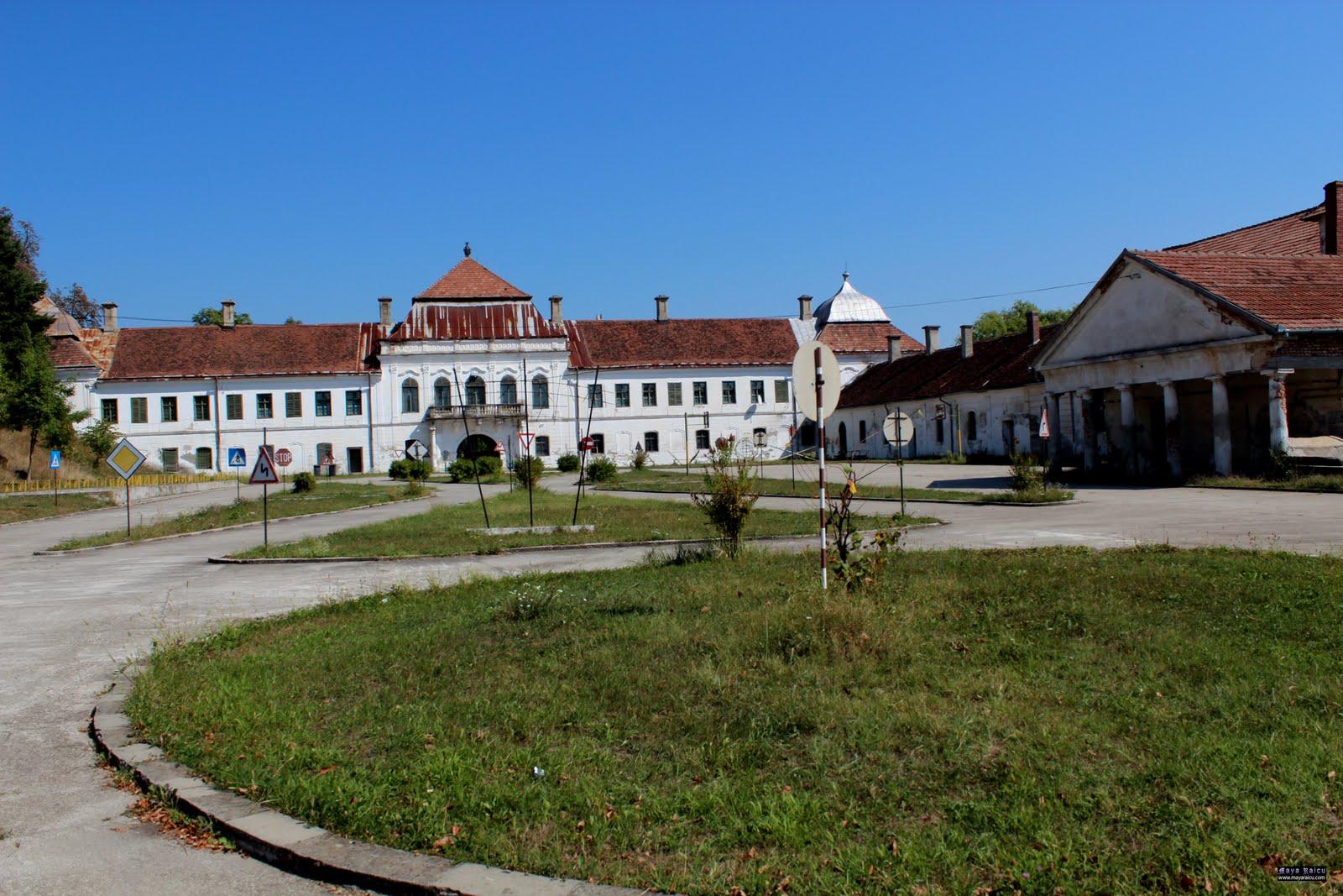 Castelul Wesselenyi este impunător asemeni unei cetăți