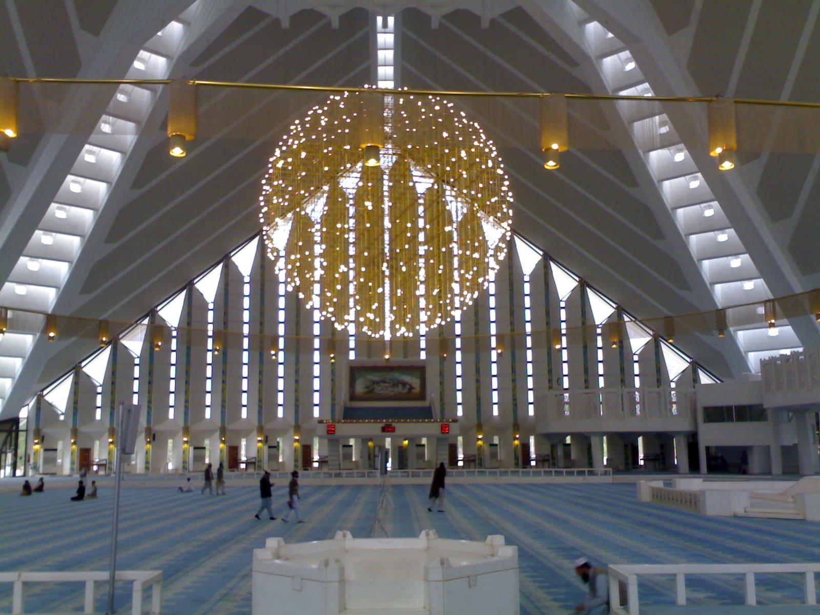 Interiorul moscheei este la fel de impresionant ca și exteriorul