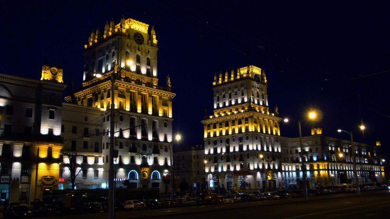Noaptea, principalele clădiri ale orașului sunt frumos iluminate