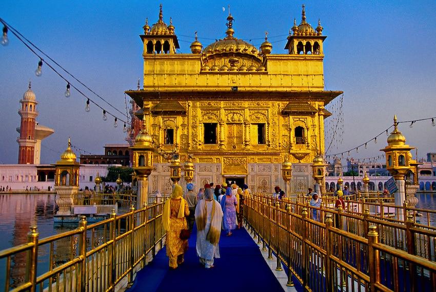 Numeroși credincioși trec zilnic pragul Templului Harmandir Sahib